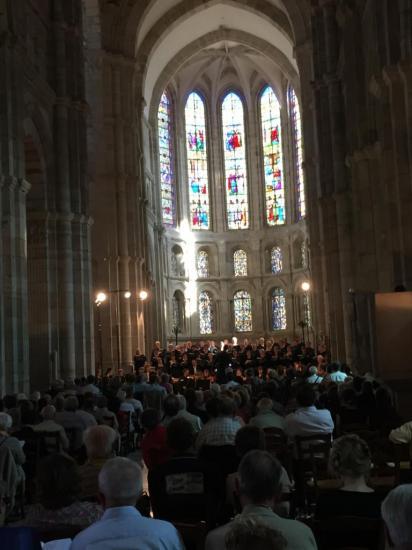 Cathédrale St Lazare, beaucoup de publique